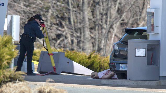 عناصر من الشرطة الملكيّة الكنديّة يدقذقون فس سيّارة خلال ملاحة مطلق النار في شمال نوفا سكوشا/Andrew Vaughan/CP
