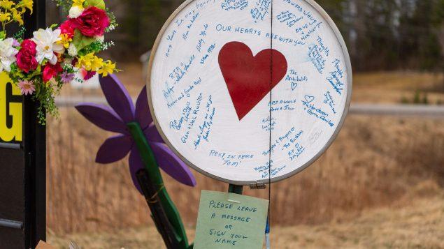 موقع لتكريم ضحايا عمليّة إطلاق النار في ونتوورث في نوفا سكوشا/Liam Hennessey/CP