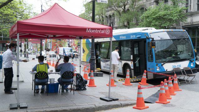 عيادة متنقّلة لاختبارات الكشف عن فيروس كورونا في مونتريال//Paul Chiasson/CP