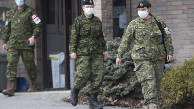القوات المنتشرة هذه الأيام في كيبيك وأونتاريو تأتي من كل من القوات البرية والبحرية والطيران - The Canadian Press / Graham Hughes
