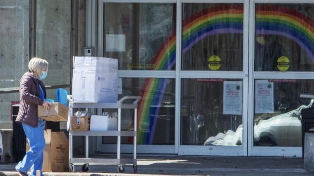 """مركز """"سانت دوروتيه"""" للرعاية الطويلة الأمد في مدينة لافال، شمال جزيرة مونتريال، وهو من المراكز الرئيسية لتفشي وباء """"كوفيد - 19"""" في مقاطعة كيبيك/Ryan Remioez/CP"""