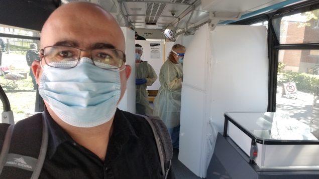 الصحفي سمير بن جعفر في إحدى العيادات المتنقلة لفحص فيروس كورونا المستجدّ في مونتريال - Photo : RCI / Samir Bendjafer