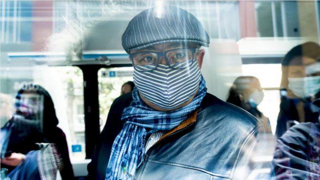 هوراسيو أرودا، مدير الصحة العامة في كيبيك على متن حافلة في مونتريال وهو يرتدي كمامة اليوم الجمعة 8 مايو أيار 2020 - Paul Chiasson / The Canadian Press