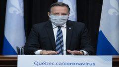 """ألحّ رئيس حكومة كيبيك، فرانسوا لوغو، على ضرورة ارتداء الكمامات في مونتريال وفي مناطق كيبيك الأخرى حيث لا يمكن الامتثال لقاعدة """"المترين"""" للتباعد الاجتماعي - The Canadian Press / Jacques Boissinot"""