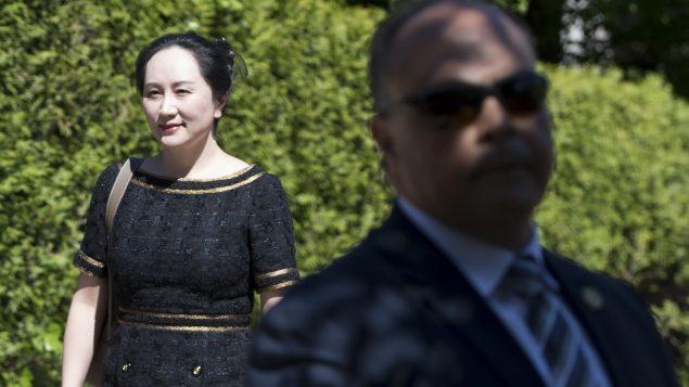 منغ وانجو، المديرة المالية لشركة الاتصالات الصينية هواوي وهي تغادر منزلها في فانكوفر متجهة إلى المحمكة العليا لمقاطعة بريتيش كولومبيا - Jonathan Hayward /The Canadian Press