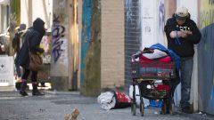 تؤكد السلطات أنه تم طلبها للتدخل في 233 حالة مرتبطة بالجرعات الزائدة منذ مطلع يناير كانون الثاني، وتم الإبلاغ عن 11 حالة وفاة - The Canadian Press / Jonathan Hayward