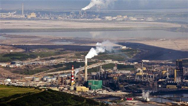 تراجع أسعار النفط ترك تداعياته على الاقتصاد في مقاطعة ألبرتا الغنيّة برمالها النفطيّة/Jeff McIntosh / CP