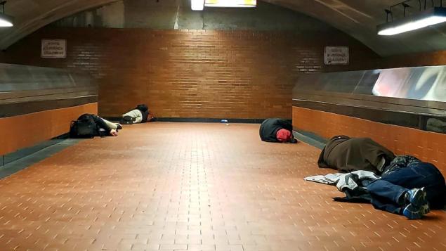 مشرّدون افترشوا الأرض في محطّة قطار الأنفاق في مونتريال/Philippe-Olivier Constant /Instagram