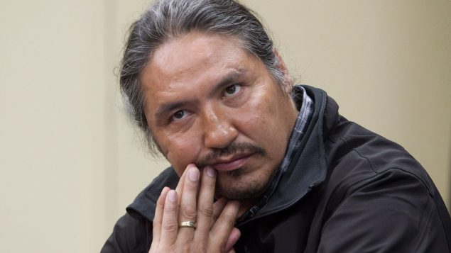آلان آدم زعيم الأمم الأوائل في أتاباسكا تحدّث في مؤتمر صحفي عن اعتداء تعرّض له على يد الشرطة الملكيّة الكنديّة(ارشيف) /Jason Franson/CP