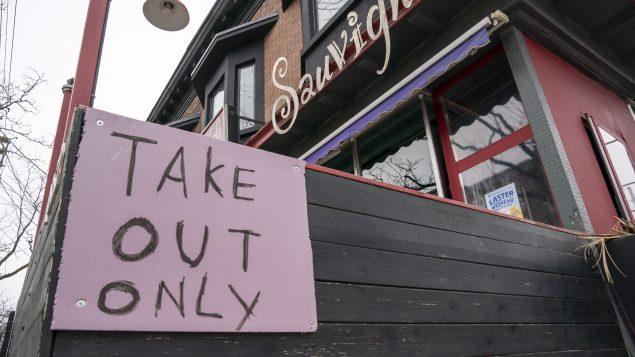 خدمة التوصيل كانت مسموحة للمطاعم التي أقفلت أبوابها بسبب جائحة كوفيد-19//Frank Gunn/CP