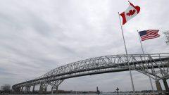 الحدود بين كندا والولايات المتّحدة مغلقة في وجه السفر غير الضروري بسبب جائحة كوفيد-19/Paul Sancya/AP