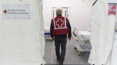 متطوّع من لصليب الأحمر الكندي في مستشفى ميداني في مدينة لاسال في ضواحي مونتريال في 26-04-2020/Graham Hughes/CP