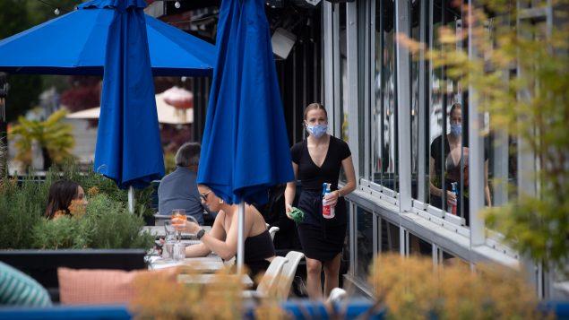 فتحت العديد من الأعمال بما فيها المطاعم أبوابها في بريتيش كولومبيا في المرحلة الثانية من خطّة فتح الاقتصاد//Darryl Dyck/CP