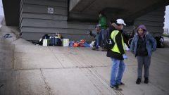 توزيع مواد غذائيّة للمشرّدين في مدينة كالغاري/Jeff McIntosh/CP