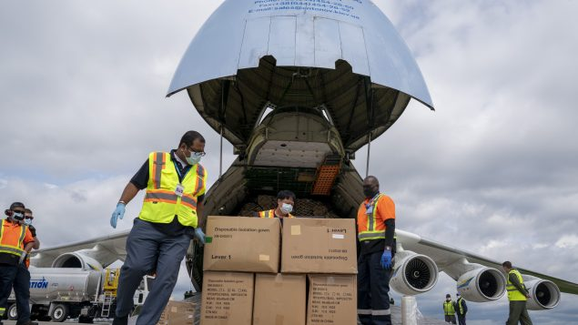 تفريغ حمولة طائرة من طراز أنتونوف 225 نقلت المعدّات الطبيّة ومعدّات الوقاية في مطار بيرسون الدولي في تورونتو في 30-05-2020//Frank Gunn/CP