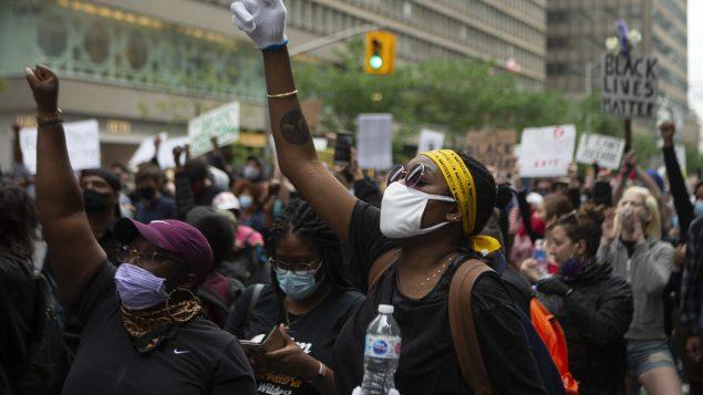 مظاهرة في تورونتو للتنديد بمقتل شابّة سوداء على يد الشرطة في 30-05-2020//Chris Young/CP