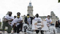 رفض فرانسوا لوغو تصنيف العنصرية على أنها ممنهجة في كيبيك، قائلا إن هناك عدة تعريفات للعنصرية الممنهجة. وبدا فرانسوا لوغو منزعجًا بشكل واضح من العديد من الأسئلة التي طرحها الصحفيون حول هذا الموضوع (في الصورة مظاهرة مناهضة للعنصرية في مدينة كيبيك يوم 7 يونيو حزيران 2020) - Jacques Boissinot / The Canadian Press