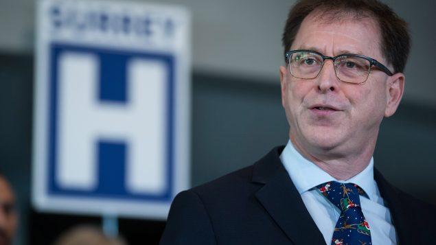 أدريان ديكس وزير الصحّة في بريتيش كولومبيا يسأل إن كان إلغاء التباعد الجسدي آمنا على متن الطائرات/Darryl Dyck/CP