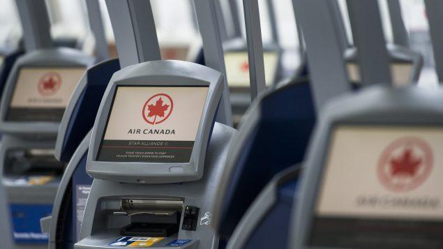 الجويّة الكنديّة ألغت إجراءات التباعد الجسدي على متن طائراتها/Nathan Denette/CP
