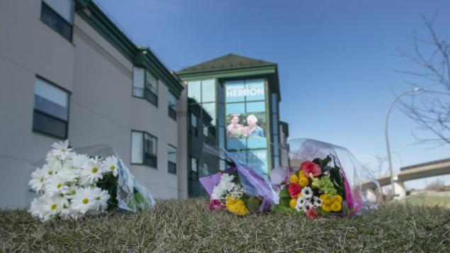 زهور أمام مركز هيرون لرعاية المسنّين حدادا على أرواح مسنّين توفّوا بمرض كوفيد-18/Ivanoh Demers/Radio-Canada