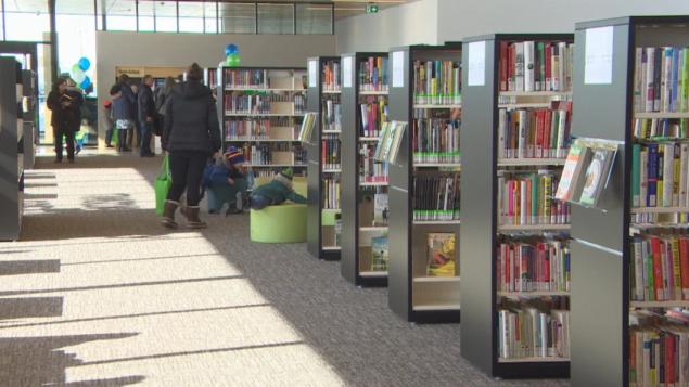 المكتبات العامّة فتحت أبوابها بعد توقّف فرضته جائحة كوفيد-19/Daniel Gagne/CBC)/هيئة الإذاعة الكنديّة