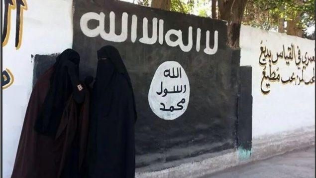 يشير تقرير لمنظمة هيومن رايتس ووتش إلى أن كندا لم تعد أيًا من الـ47 كنديًا (8 رجال و 13 امرأة و 26 طفلًا) المحتجزين منذ أكثر من عام في ظروف كارثية في شمال شرق سوريا - (أرشيف 2014 - منجب - سوريا) - Umm Haritha / Tumblr