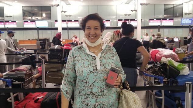 سورية عثماني، سفيرة المغرب لدى كندا في بهو مطار مونتريال يوم 4 يوليو تموز 2020 أثناء عملية تسجيل ركّاب طائرة الإجلاء - Photo : Samir Bendjafer / RCI
