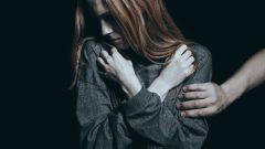 لا تتردد بعض الضحايا في الكشف عن هوية المعتدين المزعومين والتي تضمّ بعض الشخصيات الفنية الشهيرة والمدوّنين والمؤثّرين - iStock / Katarzyna Bialasiewicz