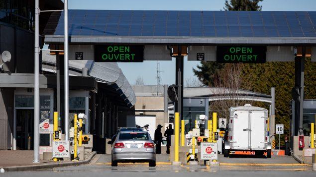 """يخشى الكثيرون من أن أن يستخدم الأمريكيون """"ثغرة ألاسكا"""" ، أي ذلك التسريح الممنوح للمسافرين الذين يدعون أنهم ذاهبون إلى ألاسكا ، ولكنهم يتنقلّون إلى مناطق أخرى ما يشكّل سفرًا غير ضروري على الأراضي الكندية The Canadian Press / Darryl Dyck"""