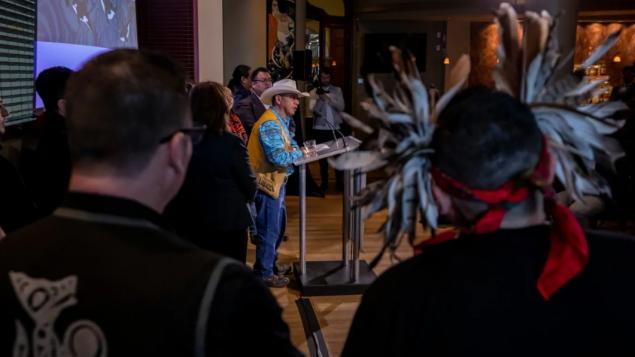 تي لي سباهان زعيم أمّة كولد ووتر من الأمم الأوائل يتحدّث في مؤتمر صحفي في 04-02-2020/Ben Nelms/CBC)/هيئة الإذاعة الكنديّة