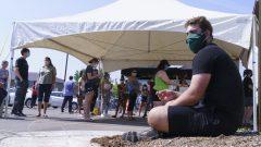 شخص ينتظر دوره أمام عيادة متنقّلة لاختبار فيروس كورونا في ميرسييه في مقاطعة كيبيك في 09-07-2020/Paul Chiasson/CP