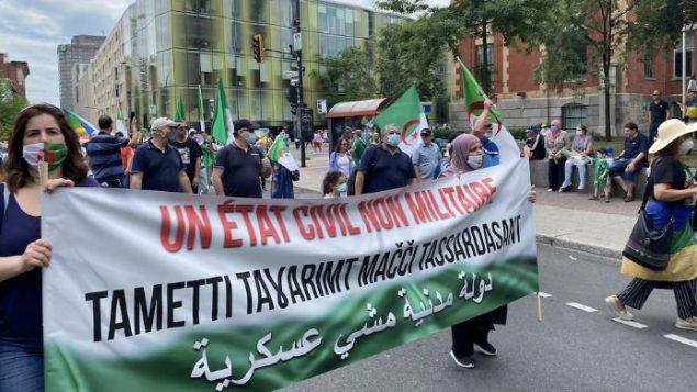 وصول المتظاهرين بالقرب من قنصلية الجزائر في مونتريال - 4 يوليو تموز 2020 - Radio Canada / Fannie Bussieres Mcnicoll 001