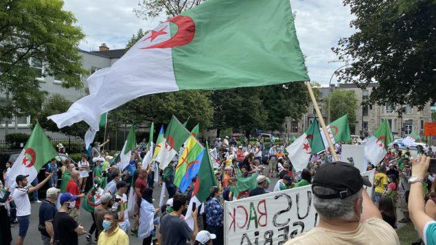 رفع المشاركون شعارات الحراك ، الحركة الاحتجاجية السلمية التي أدت في أبريل نيسان 2019 إلى استقالة الرئيس عبد العزيز بوتفليقة  - Radio Canada / Fannie Bussieres Mcnicoll