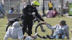 شرطي يقوم بعملية استيقاف في إحدى منتزهات مونتريال - The Canadian Press / Graham Hughes