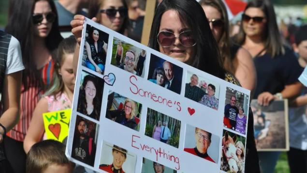 تظاهر ذوو الضحايا للمطالبة بإجراء تحقيق عام في حادثة القتل التي وقعت في نوفا سكوشا في نيسان أبريل 2020/Nicolas Steinbach/Radio-Canada