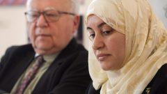 رانيا العلول مع المحامي جوليوس غراي المختصّ في حقوق الانسان (أرشيف 2015) - The Canadian Press / Ryan Remiorz