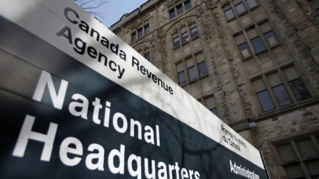 تسمح المساعدة الكندية لحالات الطوارئ  للكنديين الذين يضطرون إلى البقاء في المنزل دون أجر بسبب  كوفيد 19 بالحصول على 2.000 دولار كل أربعة أسابيع -  Chris Wattie / Reuters