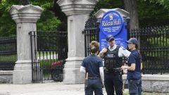 لم يتم تحديد ظروف الحادثة بعد ولكنّ يمكن ملاحظة أن الحاجز عند مدخل الزوار إلى ريدو هول قد تعرض لاصطدام - The Canadian Press / Adrian Wyld
