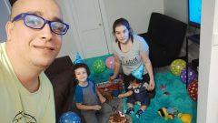 عبد الرحمان سباش وزوجته ياسمينة دكار وابناهما جاد (إلى اليسار) و نوا في منزلهما في مونتريال - Photo : Courtesy A. Sebbache