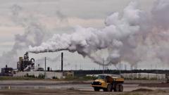 اقتطعت الحكومة في موازنة المراقبة البيئيّة في ألبرتا/Jason Franson/CP