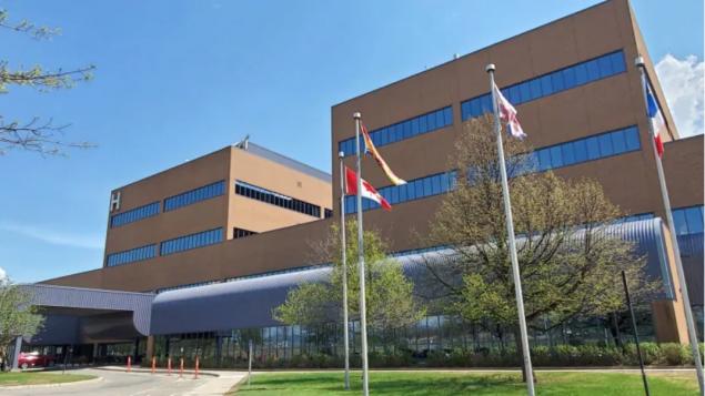 يمارس د. جان روبير إنغولا مهنة الطبّ في المستشفى العام في كامبلتون منذ العام 2013/Shane Fowler/CBC)