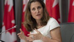 نائبة رئيس الحكومة كريستيا فريلاند قد تخلف وزير المال المستقيل بيل مورنو حسب ما أفادت به مصادر مطّلعة لراديو كندا/Adrian Wyld/CP