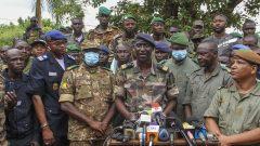 الكولونيل إسماعيل واغو (وسط الصورة)، المتحدث باسم المتمردين 19.08.2020 - AP Photo / Arouna Sissoko