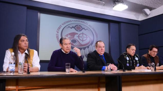 الزعيم الكبير لأمّة الموهوك جو نورتن (الثاني من اليسار) يشارك في اجتماع زعماء الأمم الأوائل في أوتاوا في 18-02-2020/Sean Kilpatrick//CP
