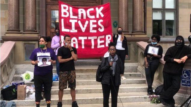 """وقفة احتجاجية لحركة """"حياة السود مهمّة"""" في هاليفاكس - 5 يونيو حزيران 2020 - Photo : Mark Crosby / CBC"""