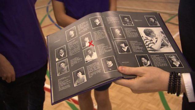 الكتاب المدرسي لسنة 1981 لمدرسة ويستمونت الثانوية في مونتريال (الإشارة الحمراء على صورة كامالا هاريس) - Photo : CBC