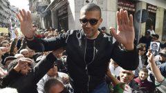الصحفي الجزائري خالد درارني يحيّي مناصريه بعد خروجه من السجن الاحتياطي في 6 مارس آذار قبل أن يُعتقل مُجدّدا في 10 من الشهر نفسه - Photo : Ryad Kramdi / Getty Images / AFP