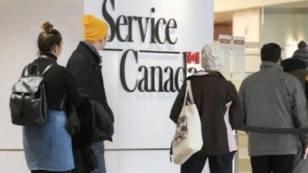 تعتقد الحكومة الفيدرالية أن هذا سيجعل الحياة أسهل لأصحاب العمل الذين ما زالوا يشكون من نقص العمالة - Paul Chiasson / The Canadian Press