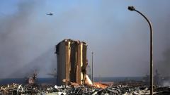 مروحيّة تابعة للجيش اللبناني تحلّق فغوق أهراءات مرفأ بيروت/Patrick Baz/ Getty Images