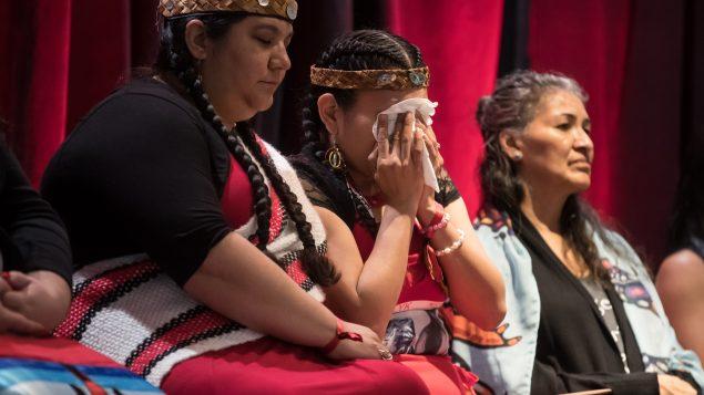 نساء من السكّان الأصليّين يستمعن إلى تقرير لجنة التحقيق الذي صدر صيف العام 2019 (ارشيف) Darryl Dyck/CP